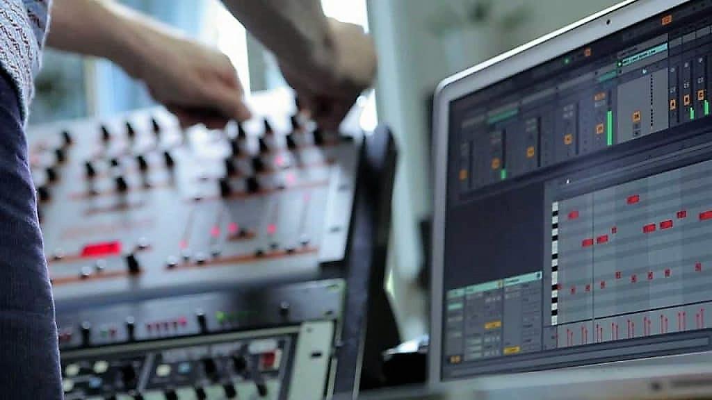 تهیه و تولید انواع موسیقی . میکس و مسترینگ با بالاترین کیفیت و مطابق استاندارد های جهانی . سرویس میکس و مسترینگ آنلاین . خرید و دانلود بیت